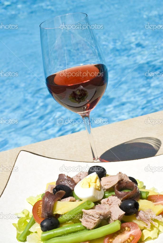 Salade nicoise et vin rose au bord de la piscine for Au bord de la piscine