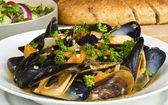 ångade musslor serveras med multi grain baguette och sallad — Stockfoto