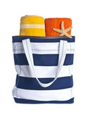 Borsa da spiaggia con asciugamani colorati e flip flop isolato su bianco — Foto Stock