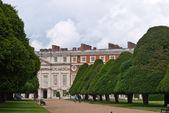LONDON, UK-JULY 7: View of the Historic Royal Palace of Hampton Court developed by Henry V111 in from 1529, where the famous Hampton Court Flower Show has just been held. July 7, 2012 in London UK — Foto Stock