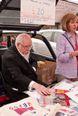 The international Artist Peter Blake sells work at the annual Vauxhall Art Car Boot Fair in London's Brick Lane. — Stock Photo