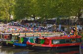 Narrow boats in traditional colours in London's Little Venice, wait for the start of the annual Canalway Cavalcade. — Foto Stock