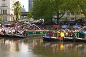 Narrow boats in traditional colours in London's Little Venice, wait for the strat of the annual Canalway Cavalcade. — Foto Stock
