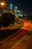 Charlotte o distrito financeiro da cidade rainha vista da estrada — Fotografia Stock