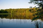 Paisaje de campo con un hermoso lago pequeño. — Foto de Stock