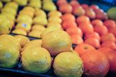 柠檬和桔子生产货架上 — 图库照片