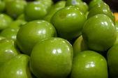 Maçãs verdes em exposição no mercado dos fazendeiros — Foto Stock