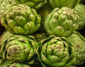 Pile of Artichoke on display at a farmers market — Stock Photo