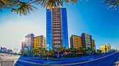 Cena de praia, céu azul e hotel — Fotografia Stock