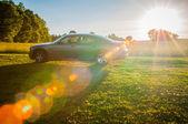 Campo di primavera e auto sulla strada di campagna — Foto Stock