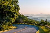 Nascer do sol de manhã cedo sobre azul ridge montanhas — Fotografia Stock