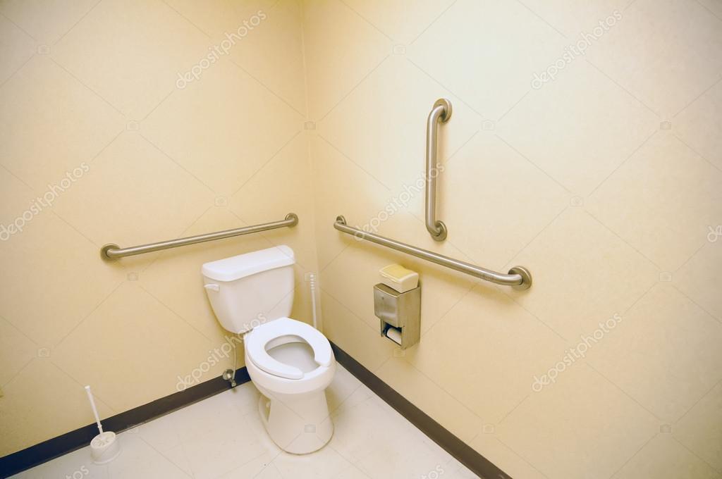 Ba os p blicos limpios ada con agarraderas para for Banos para discapacitados