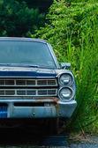 Oude verlaten auto zonder een wiel — Stockfoto