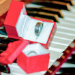 Two wedding bands on piano keys — Stock Photo