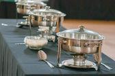 Mesa de banquete com aquecedor aquecedores — Foto Stock