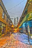 Charlotte, nc - 08 de diciembre de 2013: vista nocturna de un callejón estrecho — Foto de Stock