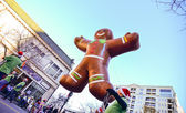 Ginger bread cookie inflatable floating thru city streets — Stok fotoğraf