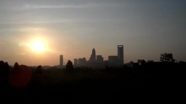 Sun rising over charlotte skyline — Stock Video