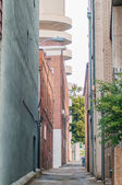 Orld brick building in abandoned neighborhood alley — Stockfoto