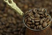 Kávová zrna v hrnci — Stock fotografie