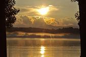 雾在河上的落日 — 图库照片
