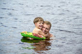Dad and son swimming — Stock Photo