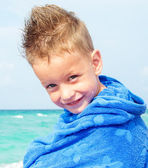 Little boy with towel on beach — Stock Photo