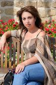 Mujer sentada en un banco — Foto de Stock