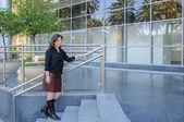 Atractive iş kadını office schüco merdivende daimi — Stok fotoğraf