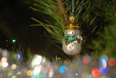 Muñeco de nieve Navidad juguete en un árbol de Navidad — Foto de Stock