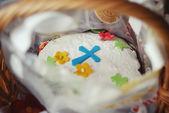 Ostern festliche kuchen verziert mit zucker, blumen und kreuz — Stockfoto