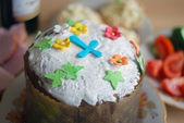 Gâteau de fête de pâques décoré de fleurs de sucre et de la croix — Photo