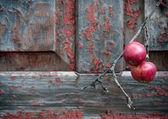 Mele rosse su fondo in legno squallida vecchia — Foto Stock