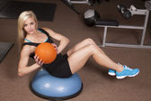 女性フィットネス ボールとツイスト — ストック写真