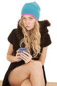 женщина шляпа пальто кружка выглядят серьезными — Стоковое фото