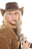 Kobieta pistolet przez usta spojrzeć wstecz — Zdjęcie stockowe