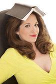 Kobieta książki na głowy oczy otwarte żółta koszulka — Zdjęcie stockowe