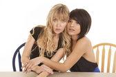 Twee vrouwen elkaar zitten — Stockfoto