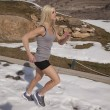 Woman run by in snow gray tank — Stockfoto