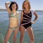 Женщины, стоя на задней части лодки — Стоковое фото