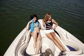 Ženy sedí na loď relaxační — Stock fotografie