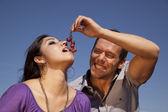 Hombre dando a mujer unas uvas — Foto de Stock
