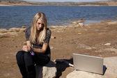 Kadın el bilgisayar kilitli — Stok fotoğraf