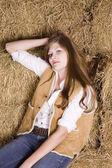 Kvinna avslappnad på höstacken — Stockfoto