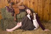Женщина на земле седло босиком — Стоковое фото