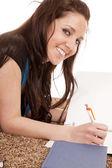 Kız gülümseyerek ödev yapıyor — Stok fotoğraf