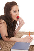Mulher comer sorriso a lição de casa morango — Fotografia Stock