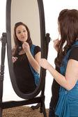 Donna mettendo sullo specchio di lucentezza del labbro — Foto Stock