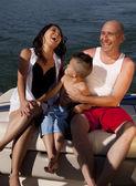 Pár se smíchem zpět z lodi — Stock fotografie
