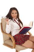 学校の女の子本椅子わずかな笑顔 — ストック写真